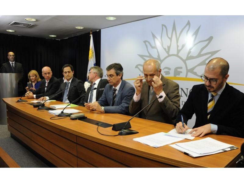 Firma del acuerdo entre el gobierno y UPM.